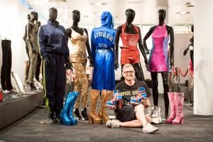Alan Smith-Allison con alcuni dei pezzi in esposizione. Foto di Will Ireland.