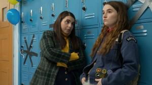 Beanie Feldstein e Kaitlyn Dever in una scena.