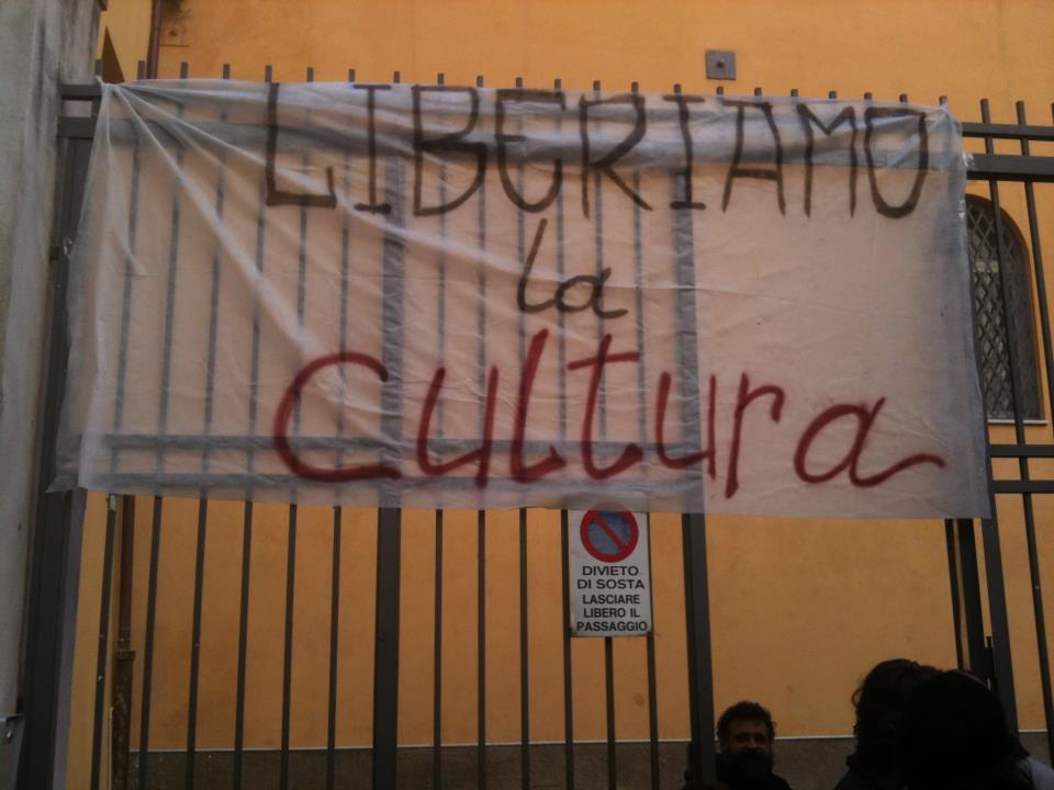 Lo striscione esposto da questa mattina sul cancello d'ingresso del Forum delle Culture