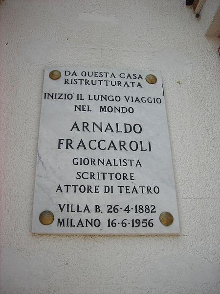 Lapide commemorativa dedicata ad Arnaldo Fraccaroli, esposta sulla facciata della casa natale a Villa Bartolomea (Vr)