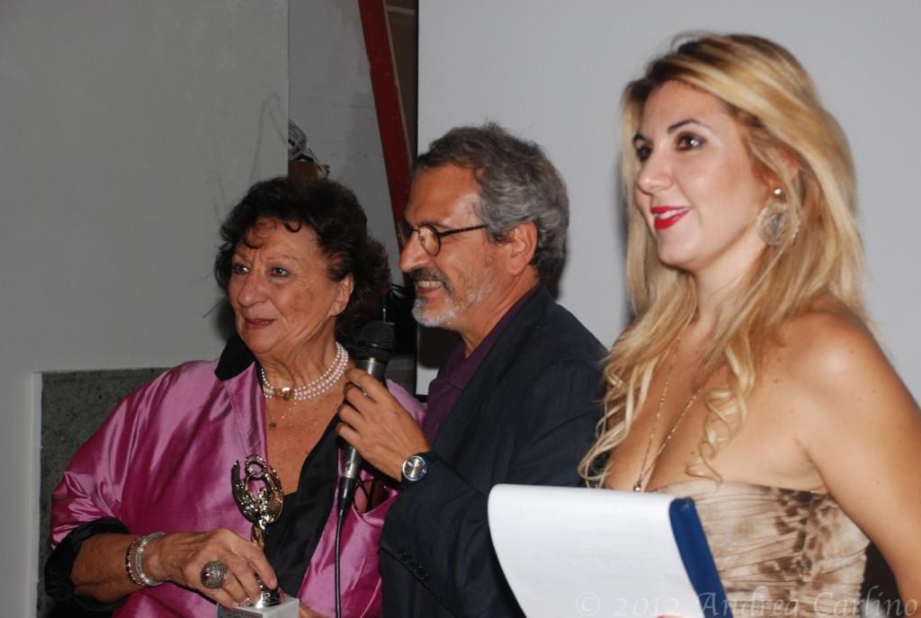 Nella foto: la consegna del premio a Giuliana Gargiulo
