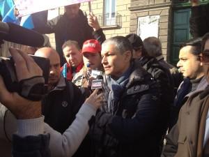 Massimo Taglialatela al presidio dei lavoratori dinanzi a Palazzo Sangiacomo